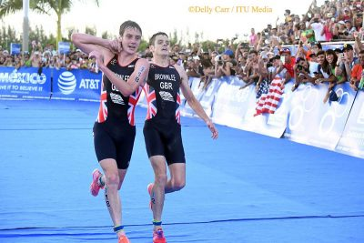 Alistair Brownlee helps exhausted brother, Jonny, finish dramatic Triathlon World Series finale