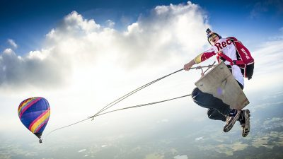 Skydivers create the ultimate swing – 1,500m in the air [Video]