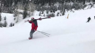 Skier carves down a mountain in just his ski boots after his bindings break