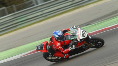 Jenny Tinmouth racing a Superbike